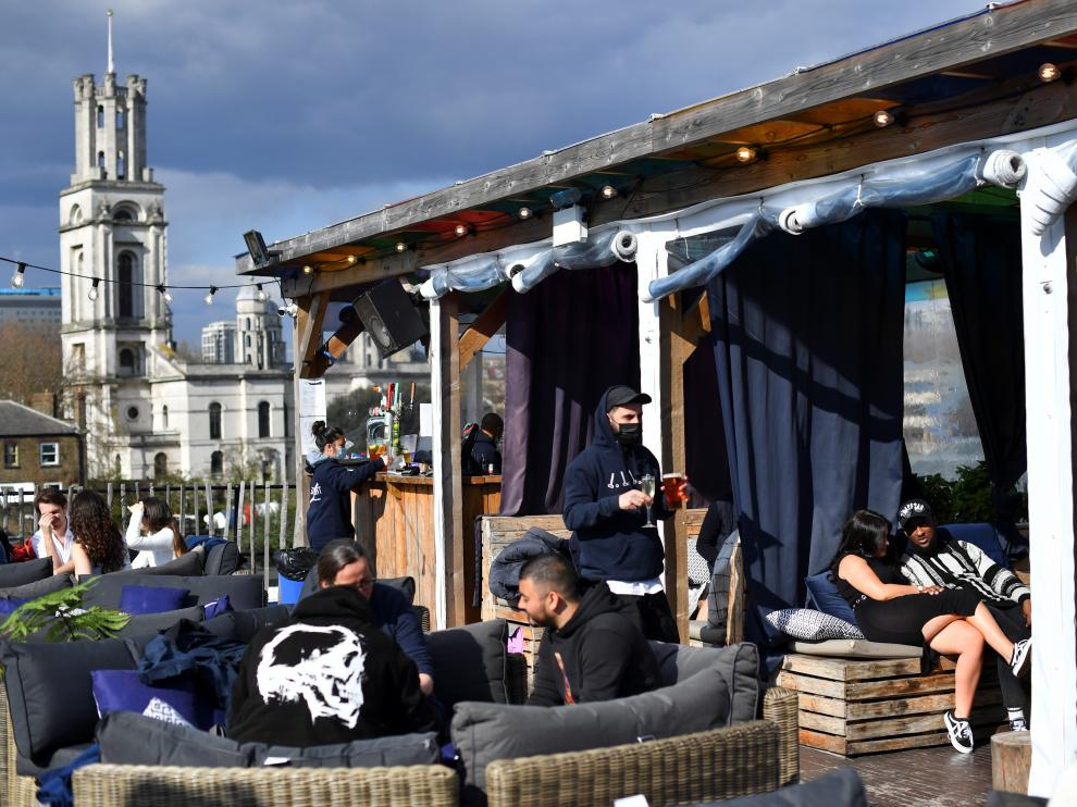 People enjoy a drink at the Skylight rooftop bar as the coronavirus disease (COVID-19) restrictions ease, in London, Britain April 12, 2021. REUTERS/Dylan Martinez[[[REUTERS VOCENTO]]] HEALTH-CORONAVIRUS/BRITAIN-REOPENING