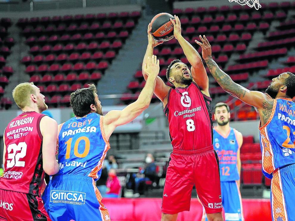 Elias Harris trata de levantar un balón ante la defensa del Valencia Basket, en el último partido de ACB