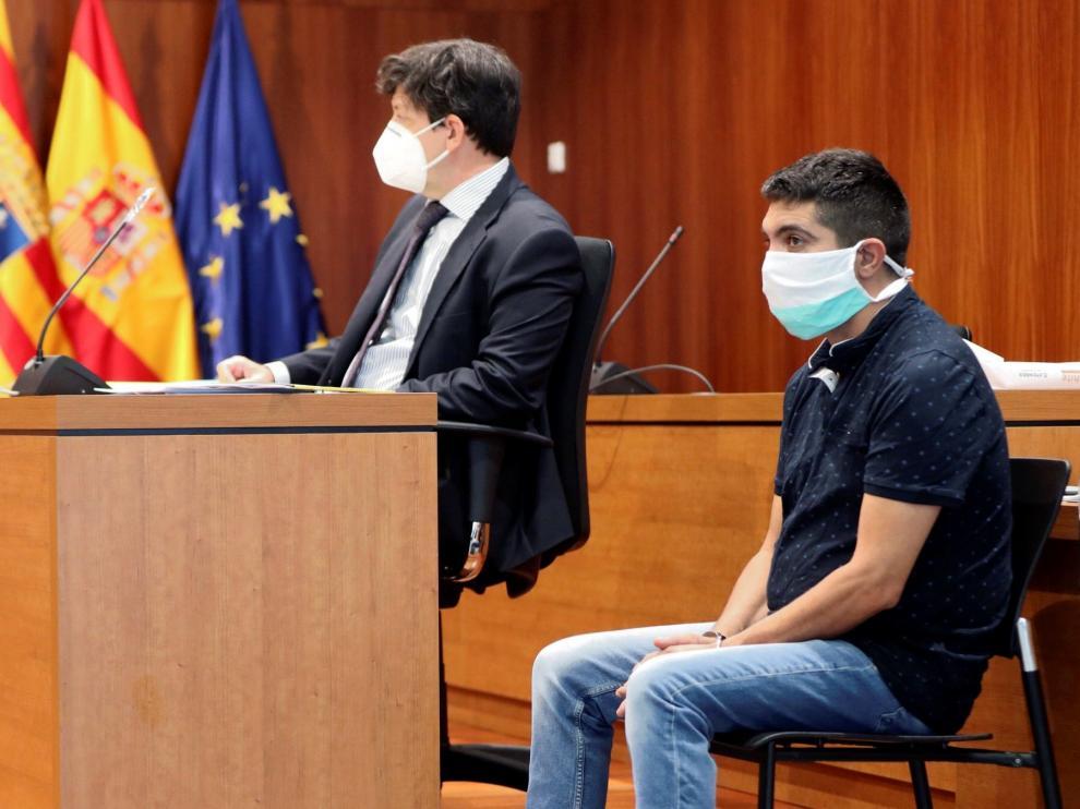 El parricida Julio Javier Pérez Lapeña, en el juicio en la Audiencia de Zaragoza, con su abogado Carlos Giménez.