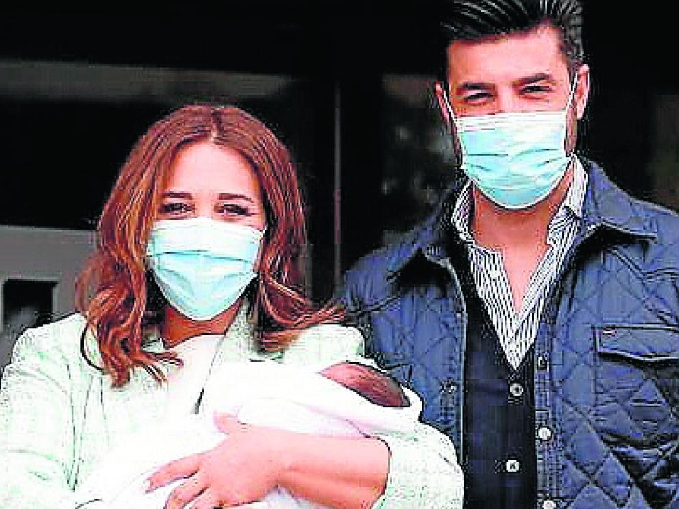 Paula Echevarría y Miguel Torres, con su hijo a la salida del hospital.