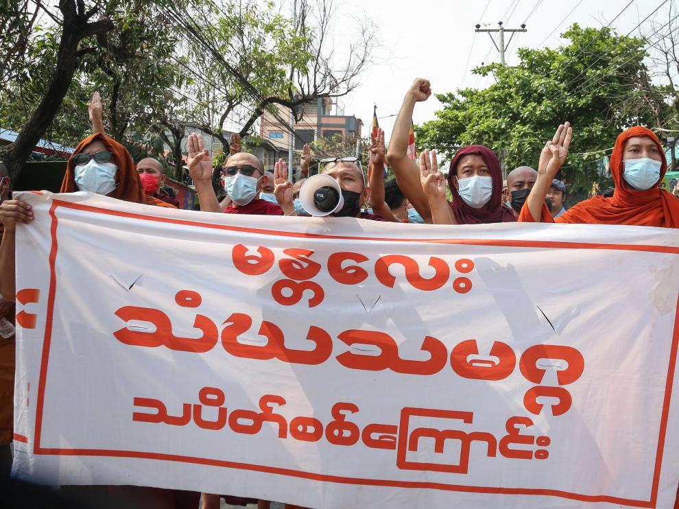 Protesta contra el golpe de estado militar en Birmania.