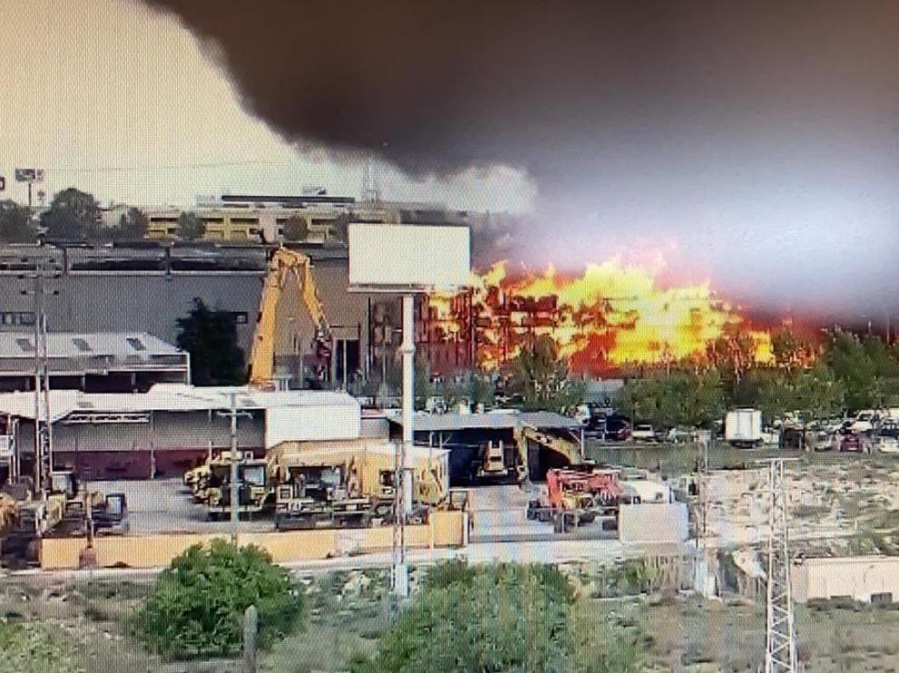 Un incendio en nave industrial de Seseña produce gran nube de humo