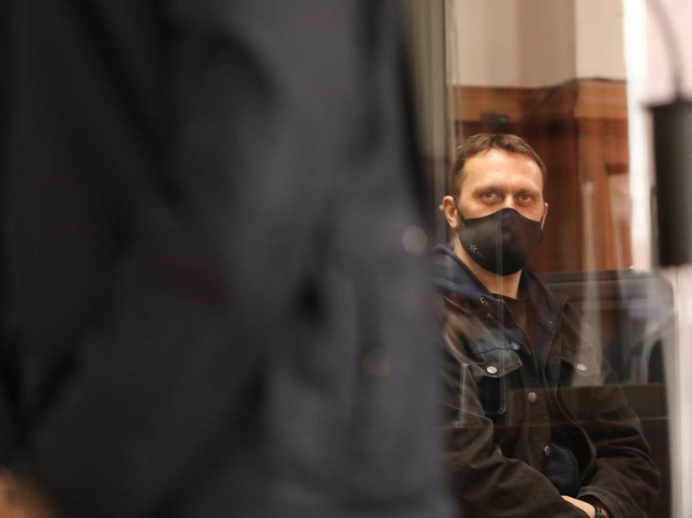 El paramilitar serbio, observa atentamente las explicaciones de uno de los agentes de la Guardia Civil durante el juicio.