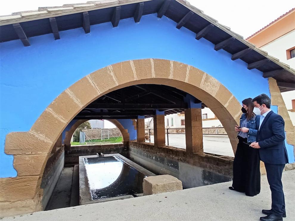 El alcalde y la concejala de Urbanismo de Huesca durante la visita al lavadero.