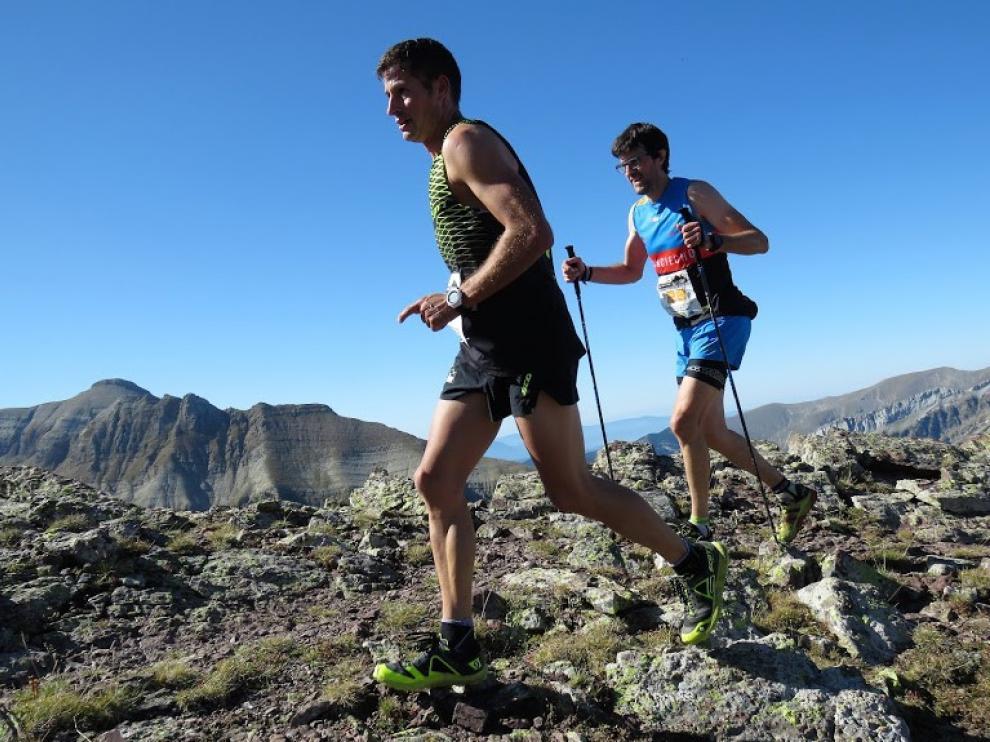 Dos componentes de la Federación Aragonesa de Montañismo en una carrera de montaña