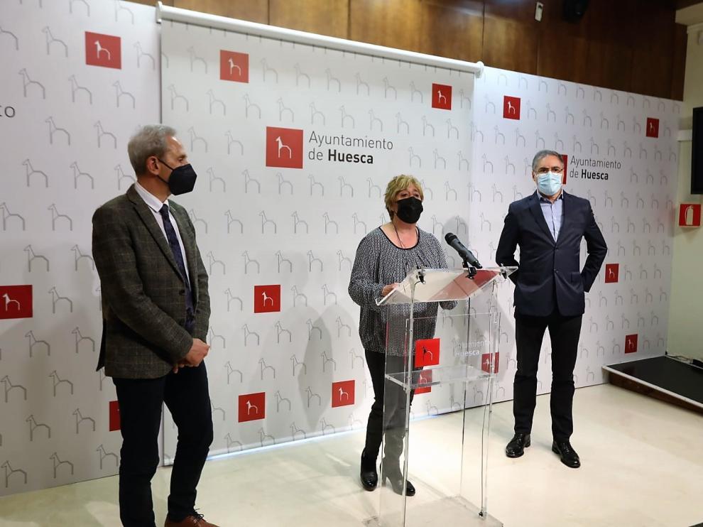 Salvador Cored, Rosa Gerbás y Carmelo Bosque durante la presentación de los nuevos bonos.