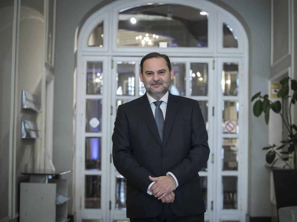 José Luis Ábalos se quitó la mascarilla para la foto tras la entrevista en Zaragoza este viernes.