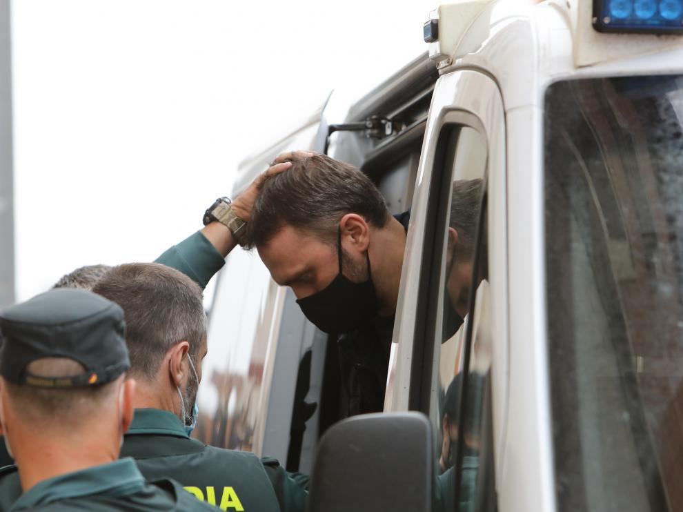 Un guardia civil obligaba esta semana a Feher a agachar la cabeza a su llegada a la Audiencia de Teruel.