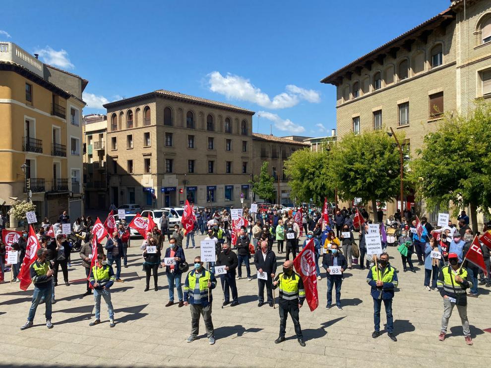 Participantes en la concentración celebrada este sábado en la plaza Mayor de Monzón.