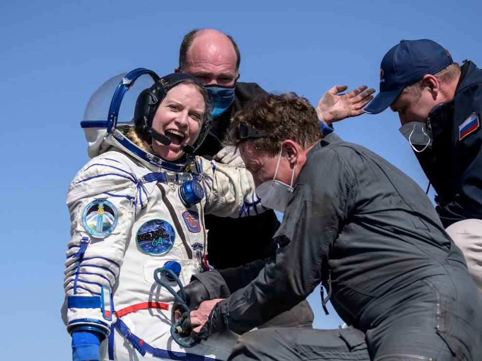La astronauta de la NASA Kathleen Rubins llega a Tierra a la estepa rusa a bordo de la Soyuz MS-17