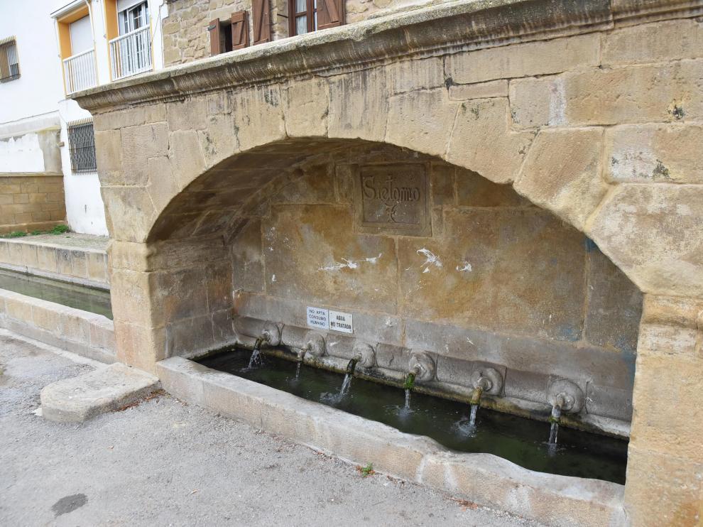 Fuente situada en la entrada de Siétamo desde Huesca, con agua no apta para el consumo.