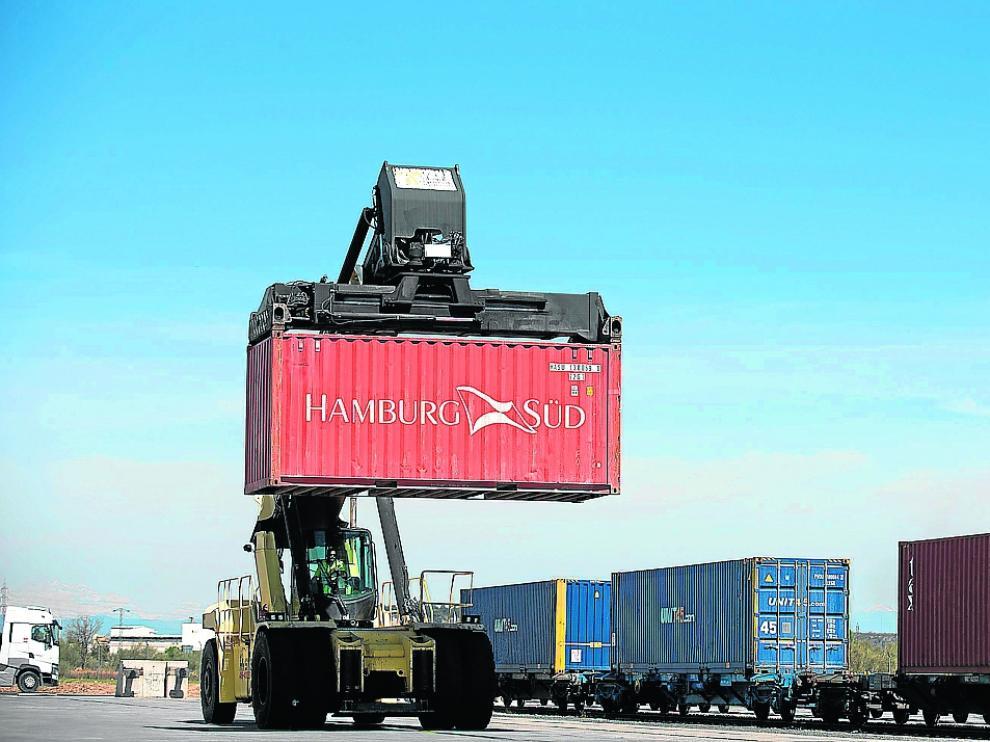 Un portacontenedores descarga, el pasado martes, un tren llegado del puerto de Barcelona.