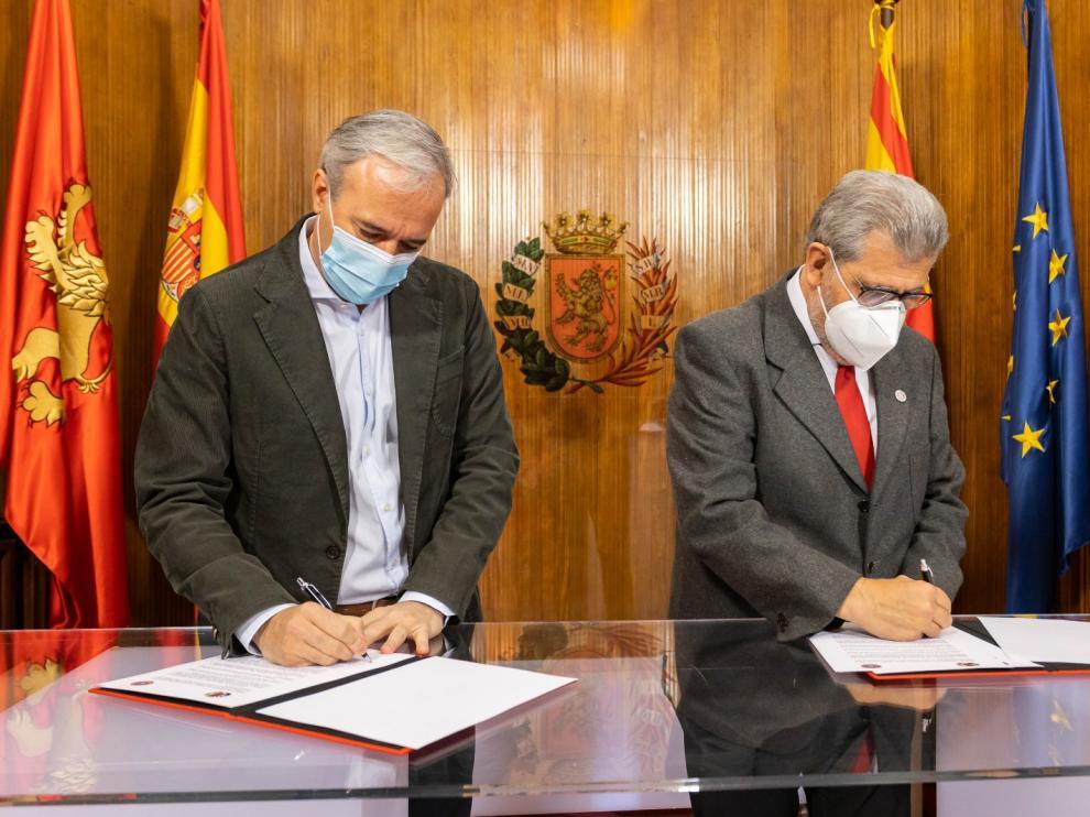 El alcalde, Jorge Azcón, y el rector de la Universidad de Zaragoza, José Antonio Mayoral, durante la firma del convenio este lunes.