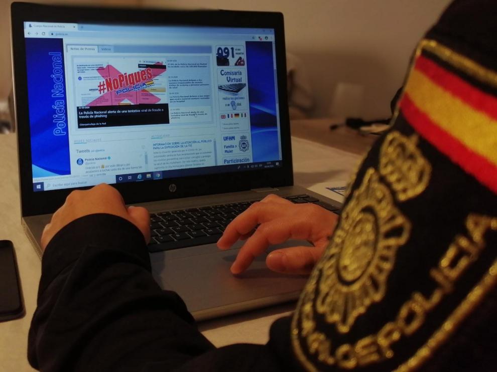 Un agente durante una investigación de ciberdelitos.