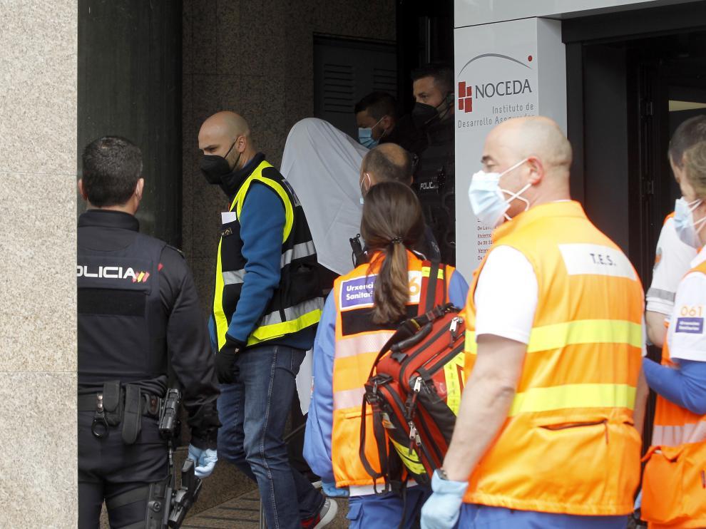 Los agentes policiales se llevan arrestado al presunto autor del suceso (cubierto con una sábana blanca).