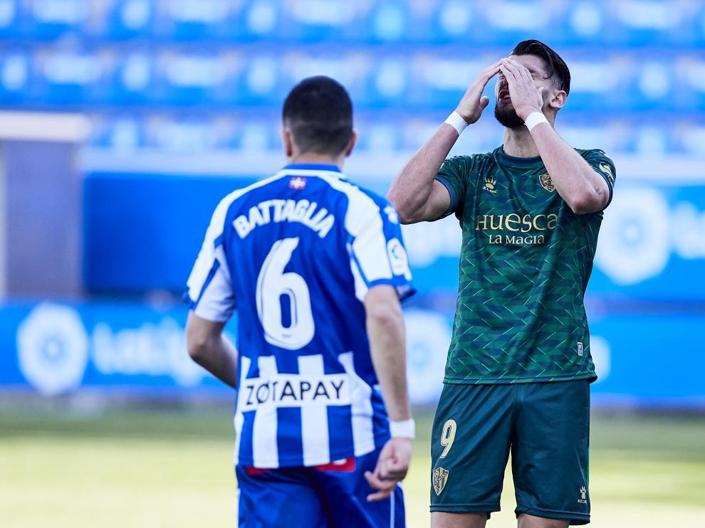 Rafa Mir se lleva las manos a la cara durante el partido contra el Alavés.