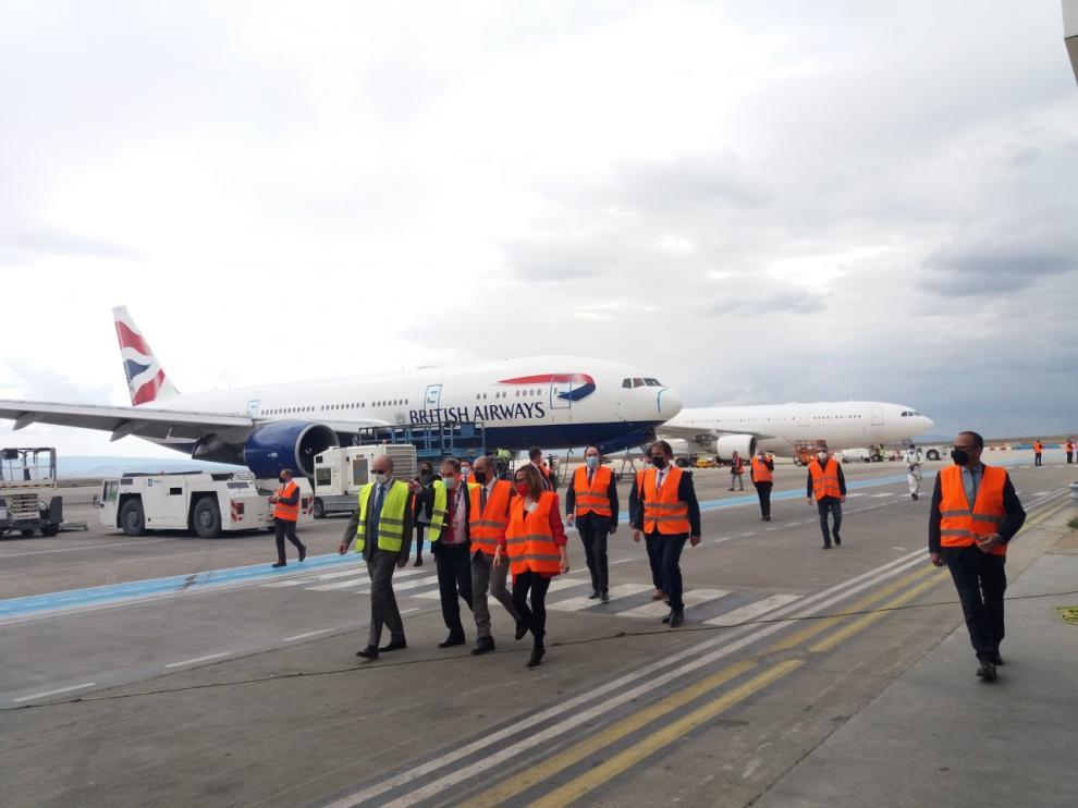 El presidente de Aragón, Javier Lambán, acompañado de varios consejeros y de directivos de Tarmac, durante su visita al aeropuerto.