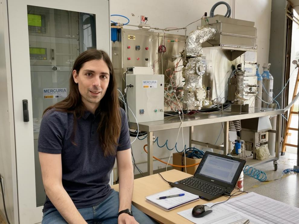 El físico e investigador de la Universidad de Zaragoza Manuel Bailera, en el laboratorio de su grupo de investigación Energía y CO2