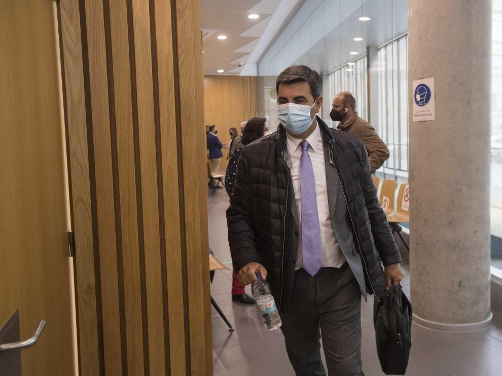 El alcalde de Cosuenda, a punto de entrar en la sala de vistas de la Audiencia de Zaragoza.