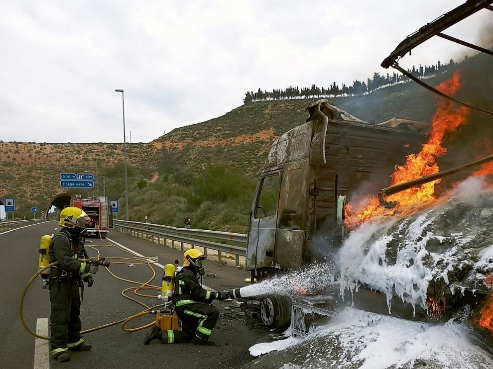 Los bomberos del Speis extinguen el incendio originado en el camión.