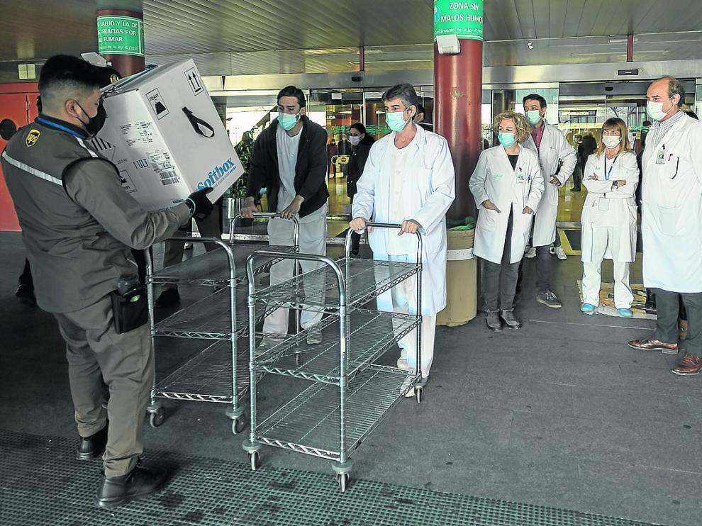 Los trabajadores del Clínico reciben uno de los primeros lotes de Pfizer que llegó a Aragón.