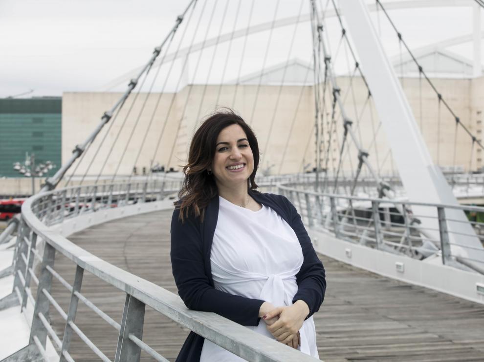 Silvia Plaza, en la pasarela del Voluntariado de Zaragoza, junto a la sede de Etopia, donde la AJE tiene su sede.