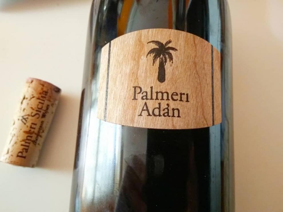 Botella con la etiqueta del tinto reserva Palmeri Adán 2015.
