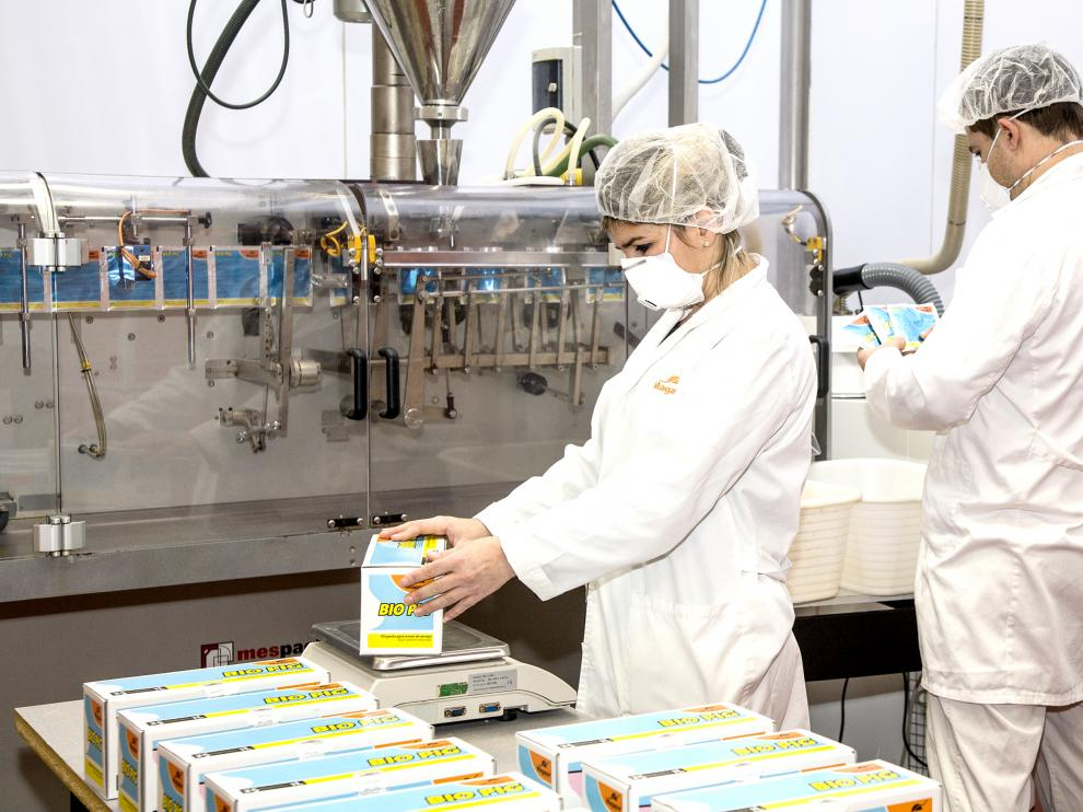 En la imagen, varios trabajadores en la sala donde producen sus bioconservantes para semen porcino.