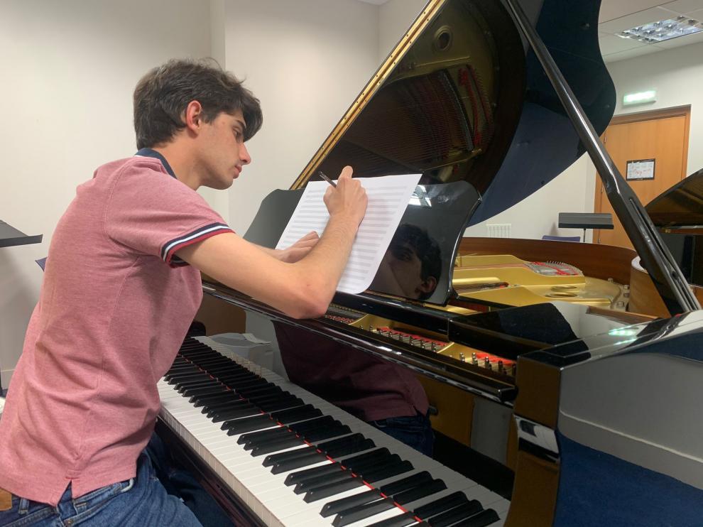 Iñaki Carcavilla Garasa, de solo 19 años, en su clase de composición en Musikene, el Centro Superior de Música del País Vasco.