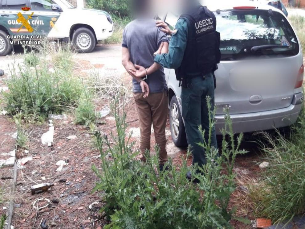 Imagen de la detención de tres personas cuando robaban tuberías de cobre en Osera de Ebro