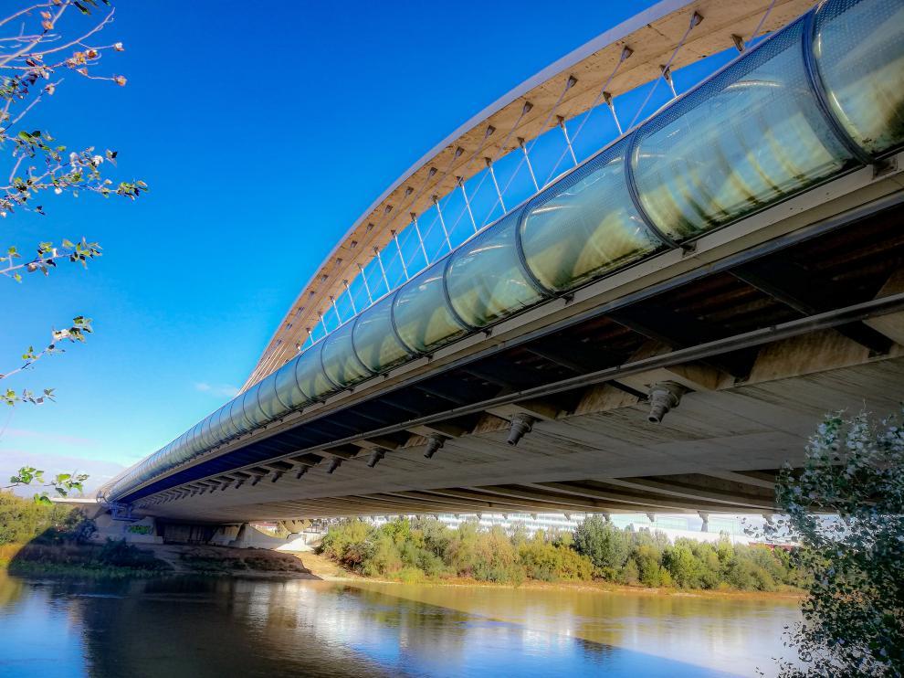 Vista lateral del puente del Tercer Milenio de la capital aragonesa.