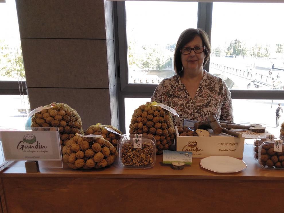 Dolores Melero, titular de la explotación de Nueces Gundín, con una muestra de sus productos.