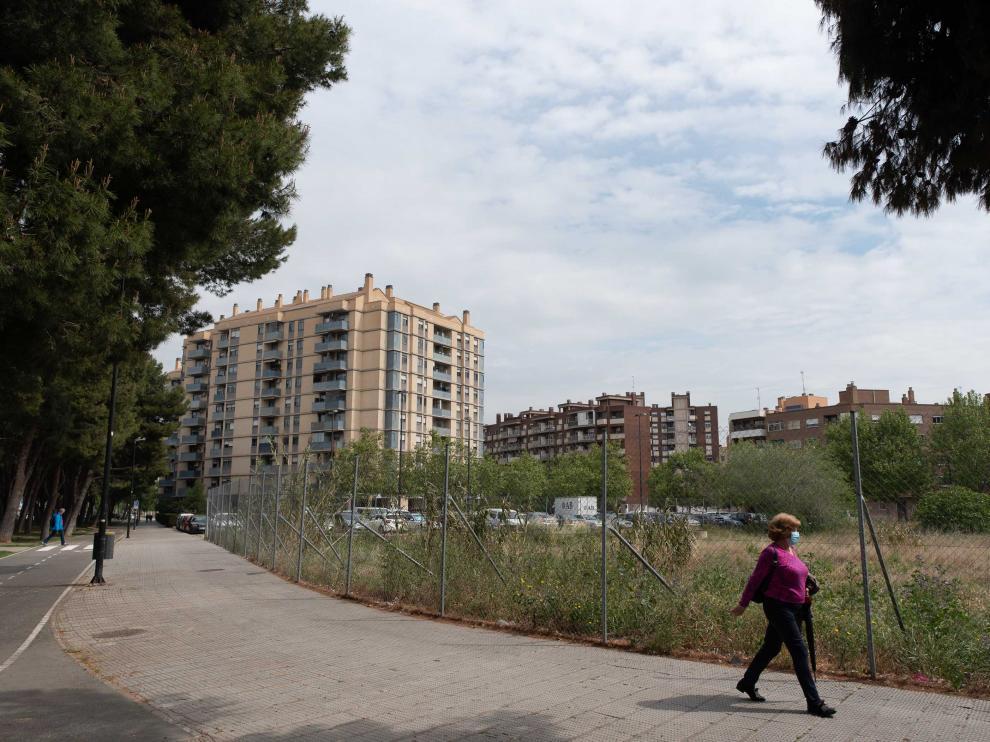 Parte del solar entre Arquitecto LaFiguera y Palencia donde la DGA prevé construir miniapartamentos.