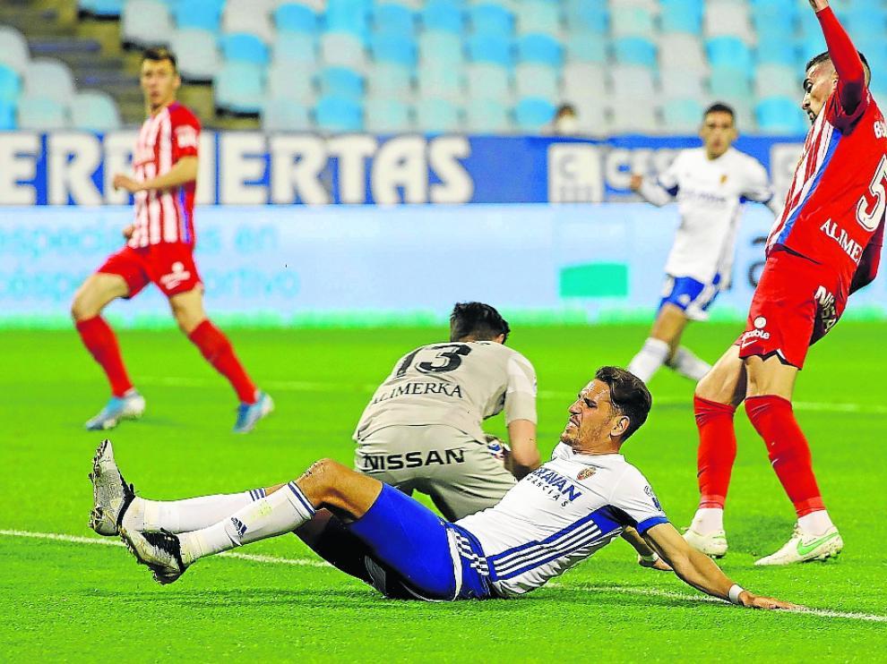 Álex Alegría, a punto de llegar al remate de un balón en el duelo contra el Sporting