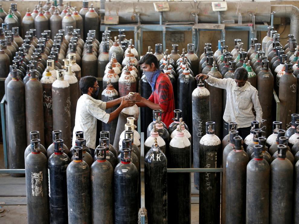 Botellas de oxígeno en una fábrica de la India.