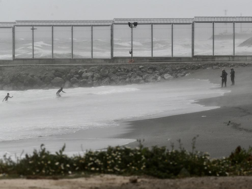 Inmigrantes llegando a nado a Ceuta