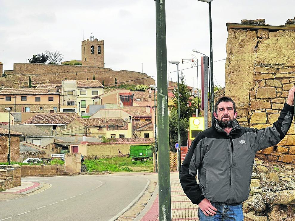 José Daniel Machín, alcalde de Castiliscar, en uno de los accesos a la localidad.