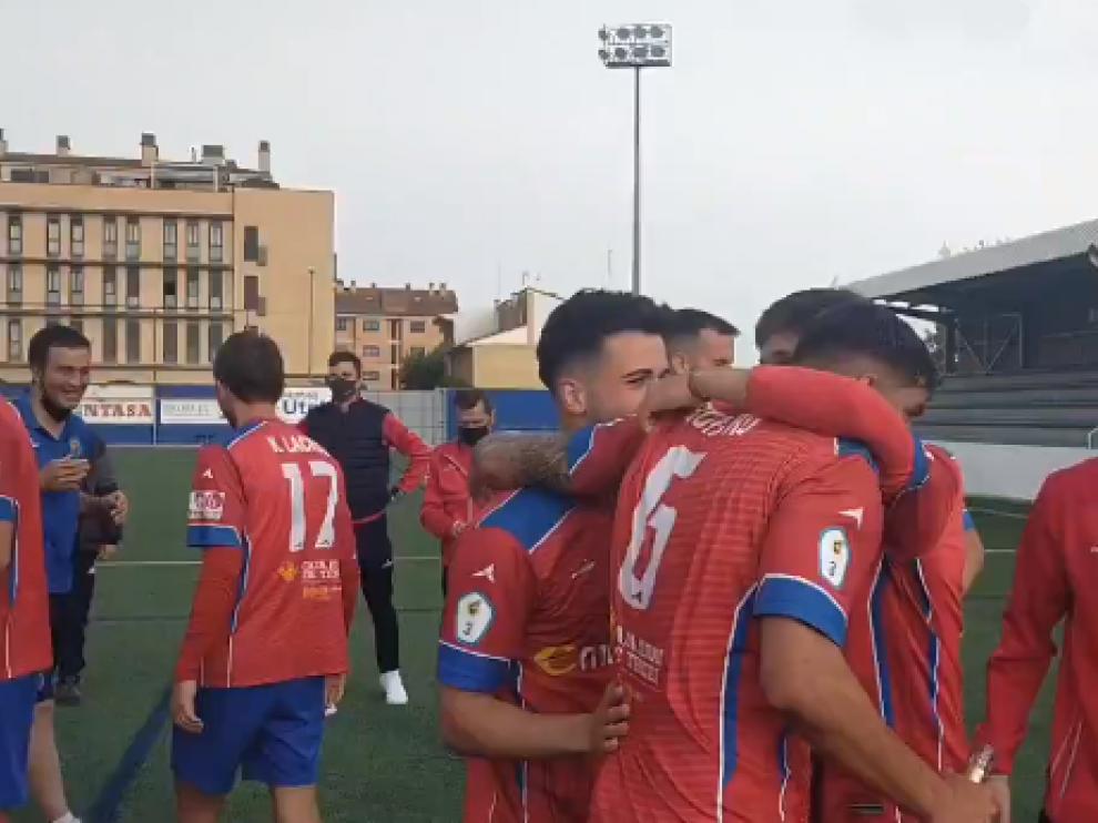 Los jugadores del CD Teruel celebrando el ascenso