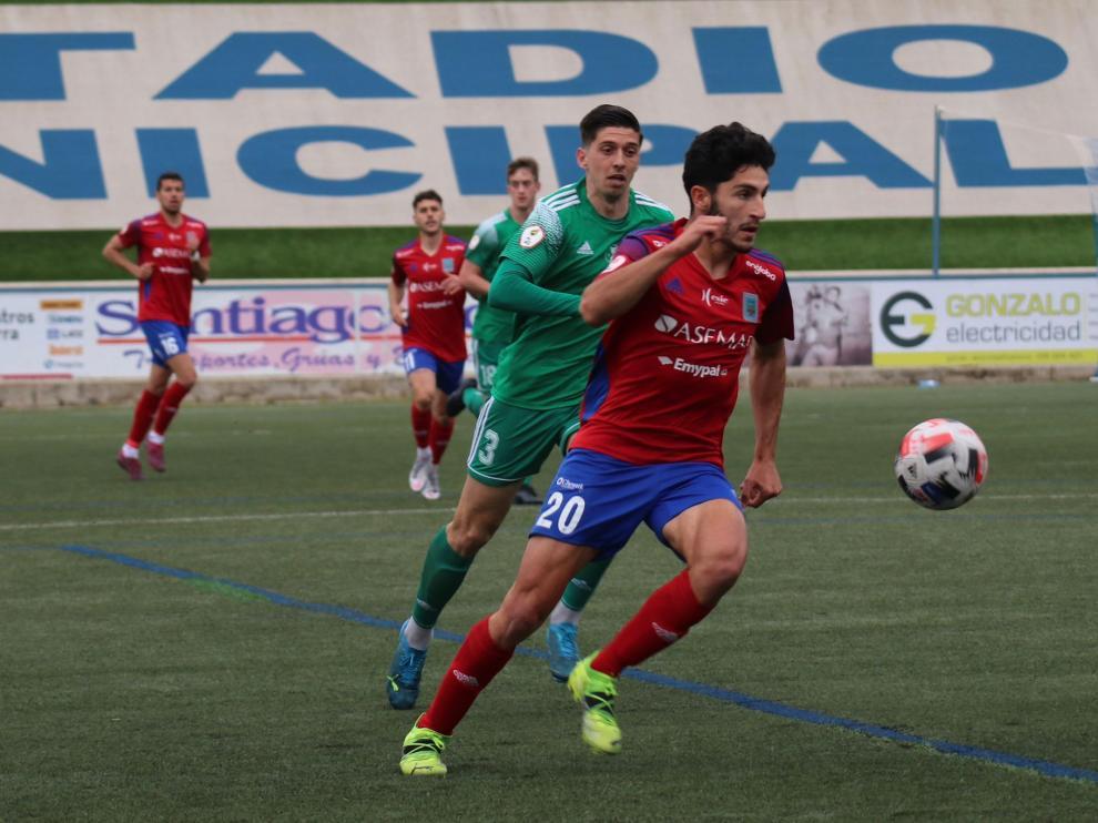 Rodri en la disputa del balón con un jugador del Arenas.