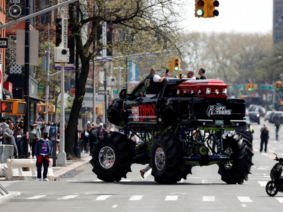 """Su féretro fue transportado en un enorme vehículo con ruedas gigantes en el que se podía leer """"larga vida a DMX""""."""