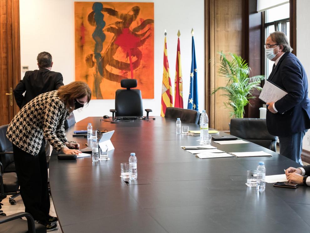 Carmen Herrarte (izquierda) y Carlos Pérez Anadón, en un receso de la reunión.