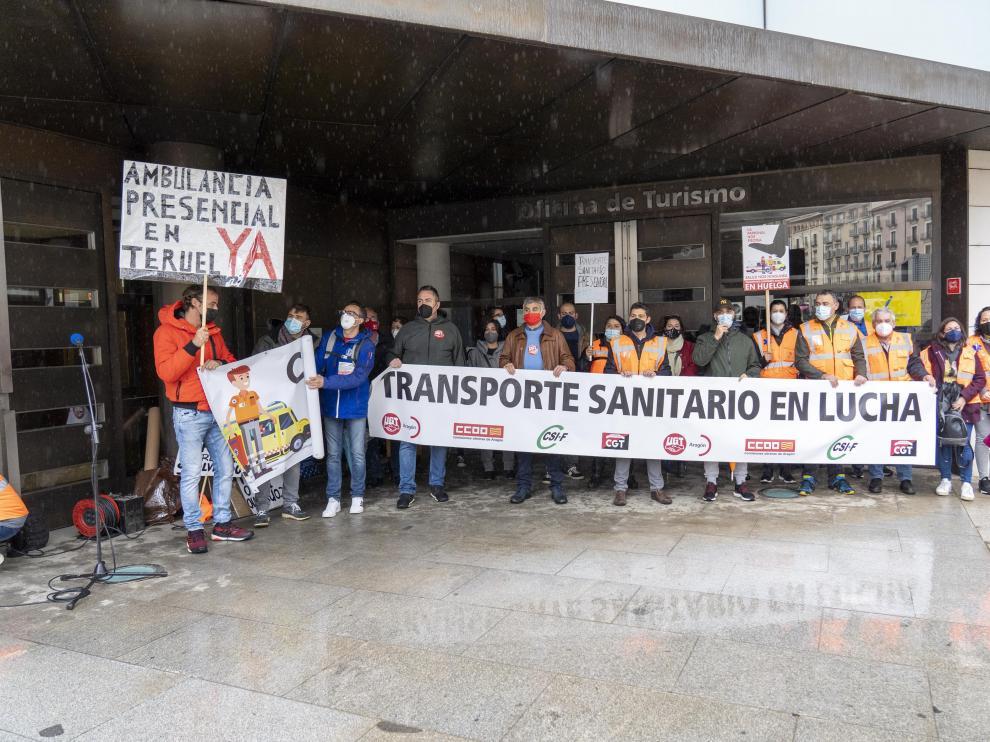 Concentracion de trabajadores de transporte sanitario, ambulancias , en la puerta de la delegacion del Gobierno de Aragon en Teruel. Foto Antonio Garcia/Bykofoto. 26/04/21[[[FOTOGRAFOS]]]