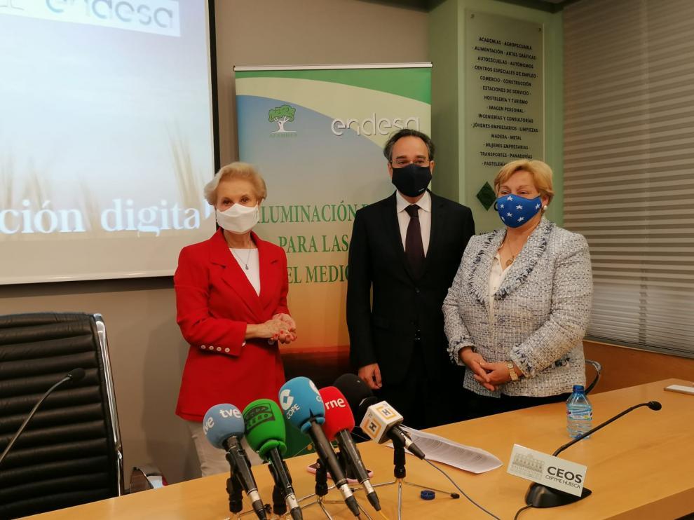 De izquierda a derecha, la presidenta de Afammer en España, el director general de Endesa en Aragón y la responsable de la asociación en Aragón.Ignacio Montaner y la presie