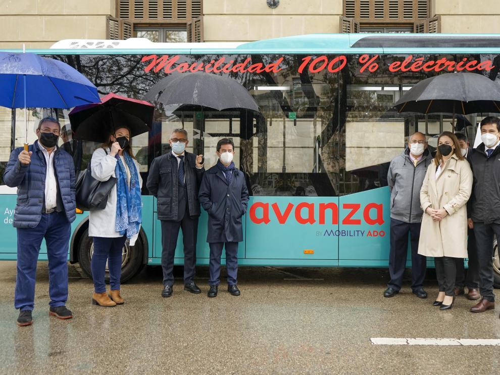 El alcalde de Huesca, Luis Felipe, con concejales y representantes de la empresa Avanza junto al autobús eléctrico.