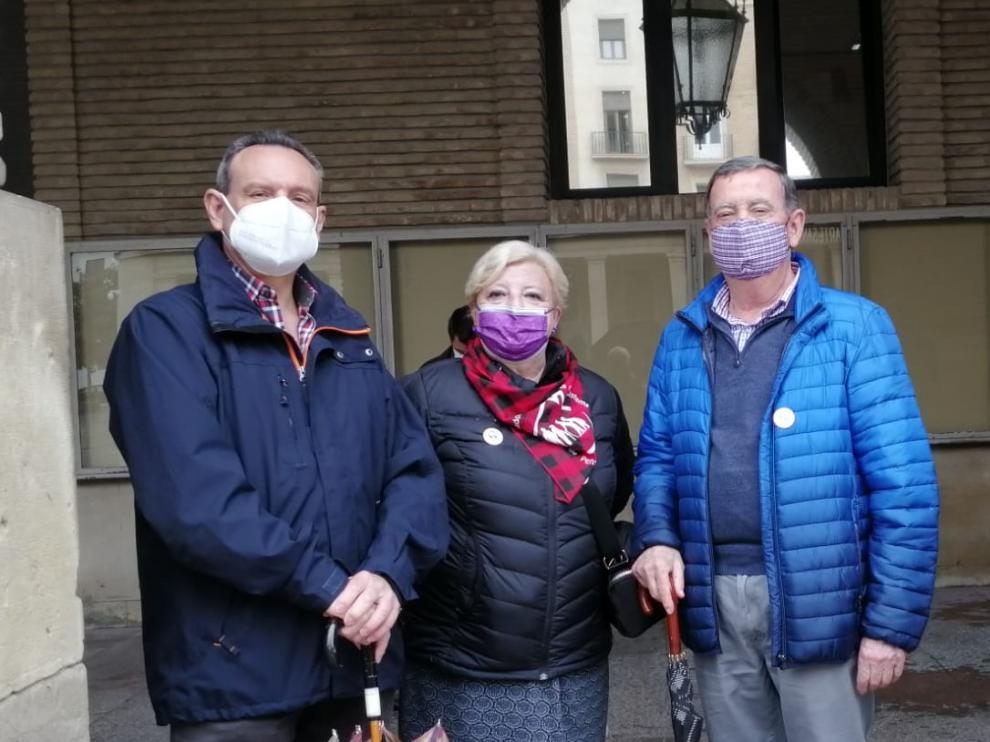 Félix Martínez, María José Pérez y Gregorio Vidal en la concentración de los lunes al cierzo de esta semana.