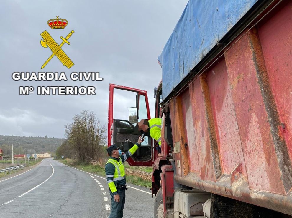 La Guardia Civil de Teruel investiga a un camionero que conducía sextuplicando la tasa de alcohol permitida.
