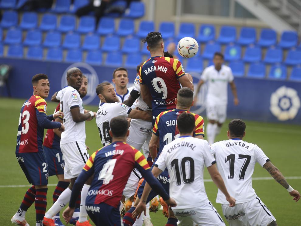 Rafa Mir se eleva sobre sus rivales en el partido contra el Getafe.