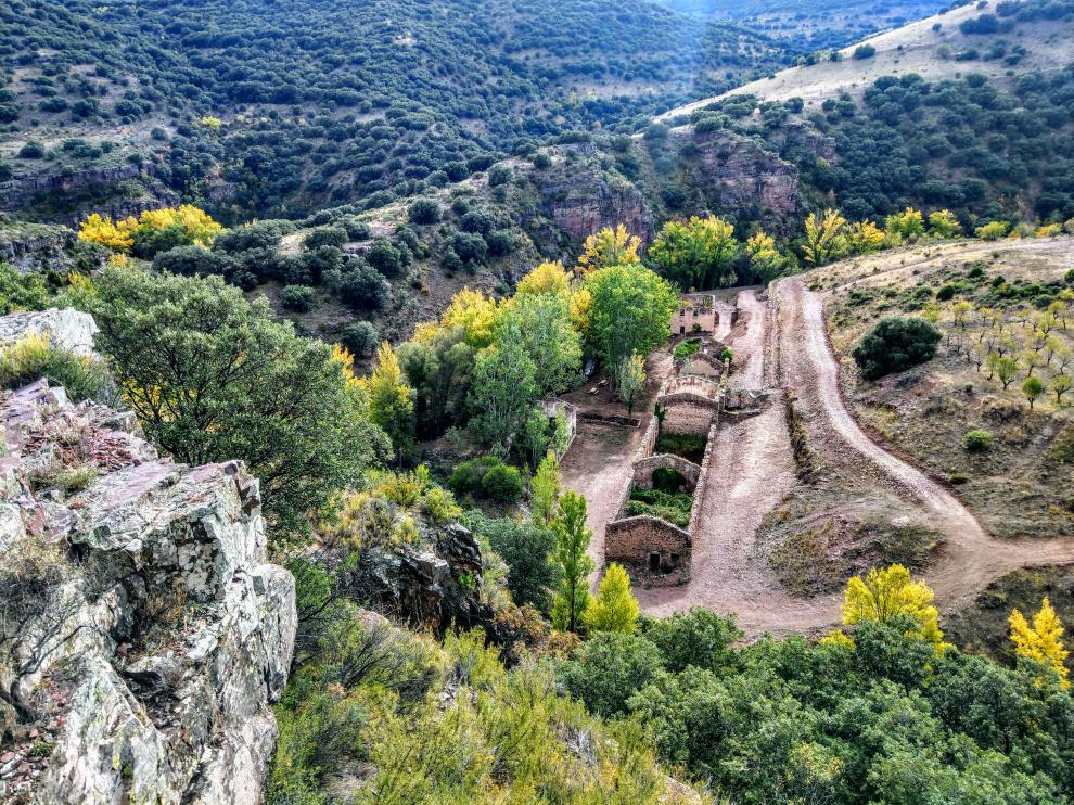 En la zona de las minas del barranco de Valdeplata subsisten las ruinas de los edificios y abundantes escombreras.