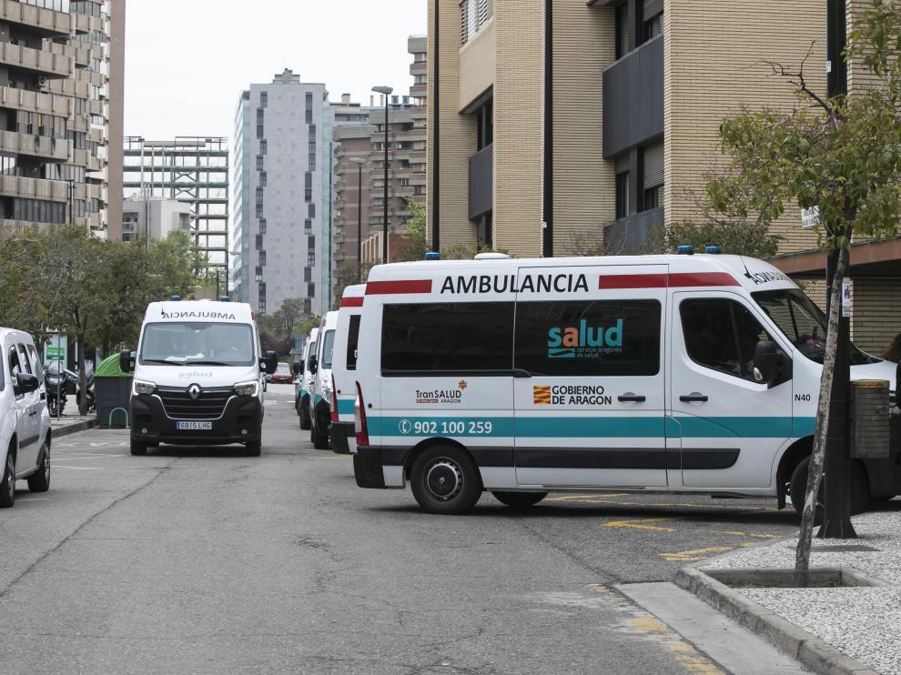 Varias ambulancias, junto a la puerta de consultas externas del Hospital Clínico.