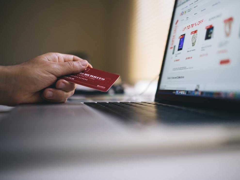 Con la cesta llena, los usuarios pueden pasar a seleccionar el método de envío y efectuar el pago.